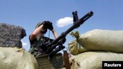 Ukrajinski vojnik na straži kod punkta blizu istočnog ukrajinskog grada Debalcev u regionu Donjeck.