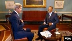 4月28日,美國國務卿克里(左)在國務院接受美國之音採訪。