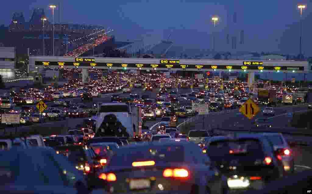 Những người đi làm chờ đợi trả lệ phí qua cầu tại San Francisco-Oakland Bay Bridge ở Oakland, California, Hoa Kỳ.