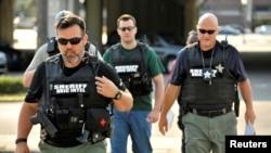 Para petugas tiba di kantor pusat Polisi Orlando untuk menyelidiki penembakan massal di klub malam Pulse di Orlando, Florida, 12 Juni 2016.