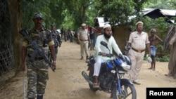 Pasukan keamanan India berpatroli menjelang pengumuman daftar final Pendaftaran Kependudukan Nasional (NRC) di Desa Kanchari Para, di Distrik Hojai, negara bagian Assam, India, 30 Agustus 2019. (Foto: Reuters)