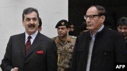 Thủ tướng Pakistan Yusuf Raza Gilani, trái, và Chủ tịch Liên minh Hồi giáo Pakistan, ông Chaudhry Shujaat Hussain sau cuộc họp ở Lahore, 3/1/2011