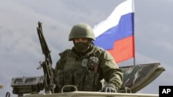 На Фото: Військовий на фоні триколору 2014-й рік. Перевальне, Крим.