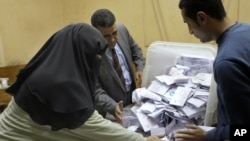 Giới chức bầu cử Ai Cập đếm phiếu tại Cairo, ngày 15/12/2012.