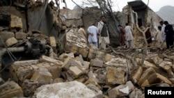 Cảnh đổ nát sau vụ nổ bom ở Quetta, Pakistan.