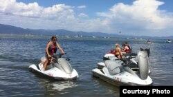 Jet Ski là môn thể thao ưa chuộng mùa hè (ảnh Bùi Văn Phú)