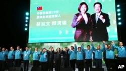 台湾总统蔡英文在2020年1月11日胜选连任后在台北与她的支持者们庆祝胜利。