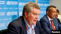 Виконавчий директор програми ВООЗ із надвичайних ситуацій Майк Раян (ліворуч) і генеральний директор ВООЗ Тедрос Адганом Ґебреєсус на прес-конференції у Женеві, Швейцарія.