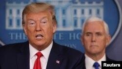 Presiden Amerika Donald Trump didampingi Wapres Mike Pence memberikan penjelasan penangan wabah corona di AS, di Gedung Putih hari Rabu (18/3).