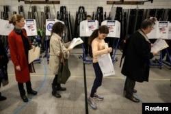 Los votantes esperan en fila para votar durante las elecciones de mitad de período en el distrito de Brooklyn de la ciudad de Nueva York, el 6 de noviembre de 2018.