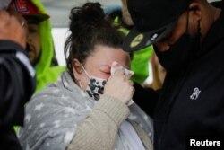La madre de Daunte Wright, Katie Wright, en una vigilia en el sitio donde su hijo murió tras una parada de tráfico, en Brooklyn Center, Minnesota, el 12 de abril de 2021.