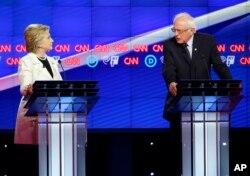 Geçen ayki tartışma programına katılan Hillary Clilnton ve Bernie Sanders