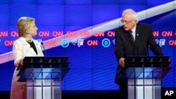Bernie Sanders et Hillary Clinton lors du débat télévisé sur CNN le 14 avril 2016.