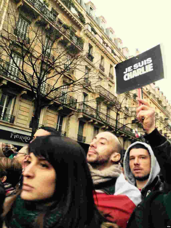 روی پلاکارد اين تظاهرکنندگان نوشته شده «من شارلی هستم.»-- ۲۱ دی ۱۳۹۳ (۱۱ ژانويه ۲۰۱۵)عکس از محمد حسن مقصودلو، خبرنگار/عکاس بخش فارسی صدای آمريکا در پاريس
