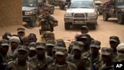 Seorang tentara Perancis berdiri di belangan pasukan Mali dalam sebuah upacara di Kidal, Mali (foto: dok).