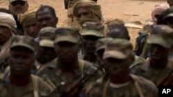 Des soldats maliens lors d'une visite par le chef de l'Opération Serval de la France et le chef de l'armée du Mali du personnel à une base de l'armée malienne à Kidal, Mali, 27 juillet 2013. (AP Photo / Rebecca Blackwell)