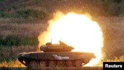 Російський танк проводить постріл під час демонстрації на військовому форумі, 2016