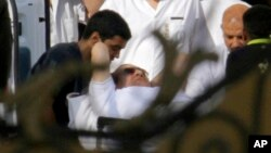 星期四一架直升機將穆巴拉克從埃及的托拉監獄接送到首都開羅附近的一家軍隊醫院。
