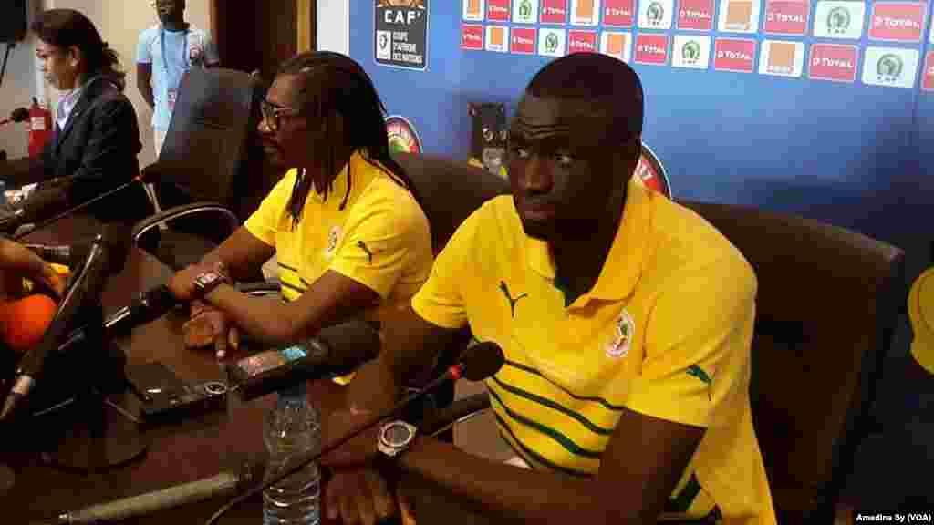 Conférence de presse du coach des Lions du Senegal Aliou Cisse et le capitaine Cheikhou Kouyate au stade dee Franceville, Gabon, 14 janvier 2017. (VOA/Amedine Sy).