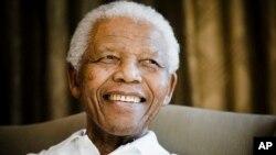 ທ່ານ Nelson Mandela ອະດີດປະທານາທິບໍດີອາຟຣິກາໃຕ້ ທີ່ມີອາການປ່ວຍສາຫັດ ແຕ່ກໍຍັງທຸ່ນທ່ຽງຢູ່.