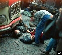 Một người đàn ông cố gắng cứu giúp người bị thương và tử vong ở trung tâm thủ đô Praha, ngày 21 tháng 8,1968.