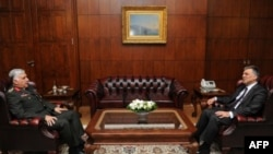 Президент Турции Абдулла Гюль (справа) и новый глава ВС страны генерал Несдет Озел (слева).