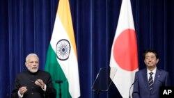 PM India Narendra Modi (kiri) bersama PM Jepang Shonzo Abe dalam konferensi pers di Tokyo, Jepang, 29 Oktober 2018. (Foto: dok).