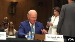前美國務卿貝克在聽證會上(美國之音莉雅拍攝)