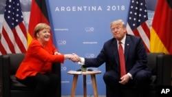 """El presidente Donald Trump se reunió con la canciller alemana Angela Merkel y señaló que """"tenemos un tremendo desequilibrio comercial, pero vamos a arreglarlo""""."""