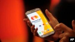پرداخت معاشات از طریق تیلفون های موبایل در برخی کشور های دیگر نیز عملی شده است