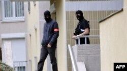 Polisi meninggalkan apartemen dimana garasinya dicurigai digunakan oleh tersangka teroris melaksanakan rencana aksinya dalam operasi anti teror di Torcy, Paris bagian timur (10/10).