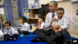 Obama habló de su plan presupuestario durante una visita a preescolares de una escuela en Washington con mayoría de hispanos.