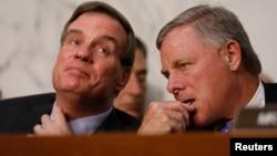 Le démocrate Mark Warner (à gauche) et le républicain Richard Burr, respectivement vice-président et président de la commission sénatoriale du renseignement, qui enquête sur l'ingérence russe dans la présidentielle américaine de 2016, Capitol Hill, Washington, le 13 juin 2017.