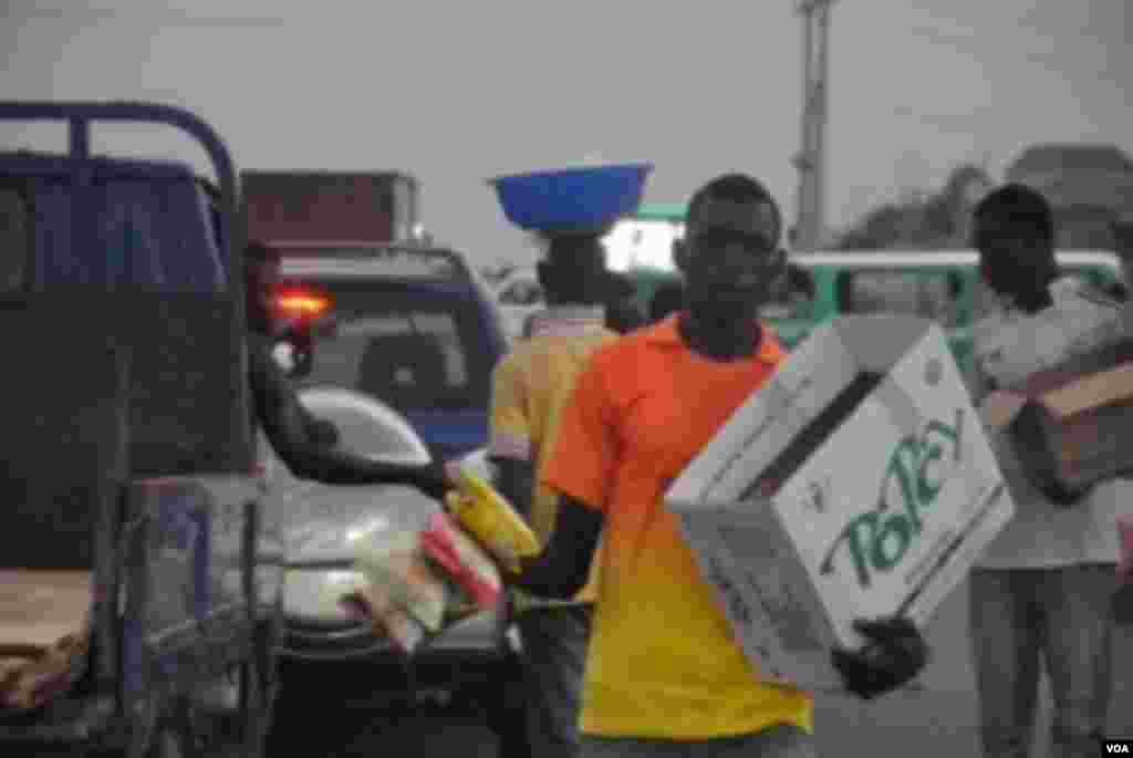 Wani mai tallar kaya a mahadar hanya da ake kira Life Junction, a Abuja, babban birnin Najeriya. Matasa da yawa sun dogara ne kan irin wadannan kananan ayyuka don samun abin sanyawa a bakin salati saboda rashin ayyukan yi a kasar