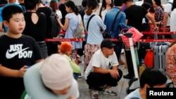 香港航空業人士參加8.5大罷工,乘客2019年8月5日在香港國際機場排隊等候。