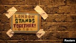 Sebuah pesan di dinding terlihat dekat lokasi van yang menabrak sejumlah Muslim di Finsbury Park, London Utara, Inggris, 19 Juni 2017.