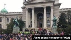 """Zgrada Skupštine Srbije u subotu, 13. apila kada je održan protest """"1 od 5 miliona"""", Foto: VOA"""