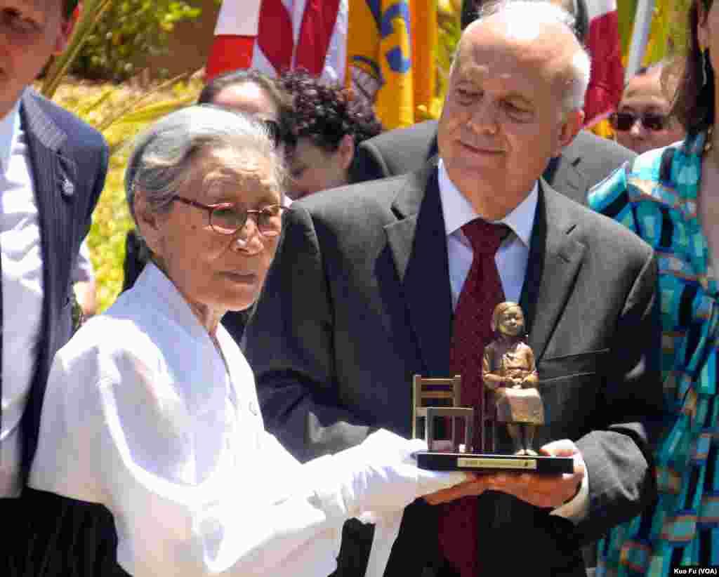 慰安妇幸存者韩裔金婆婆以迷你塑像致赠市议员