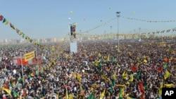 Diyarbakır'daki Nevruz kutlamalarına katılan yüz binlerce kişi Abdullah Öcalan tarafından iletilen çözüm süreciyle ilgili mesajları dinledi.