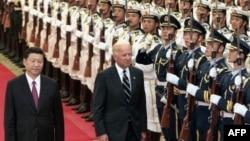 Вице-президент США Джо Байден обходит строй почетного караула