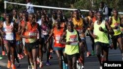 Atileetota Keenyaatti Naayroobii keessatti akkana wal dorgomuutt jira, Onkololeessa 30,2016 REUTERS/Thomas Mukoya - RTX2R1B2