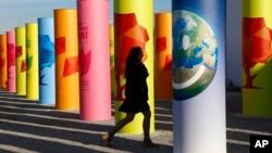 Une participante arrive à la COP21, au Bourget, le 3 décembre 2015. (AP Photo/Francois Mori)