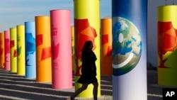 Seorang pejalan kaki tiba di tempat Konferensi Perubahan Iklim PBB di Paris 2015 (AP Photo/Francois Mori)