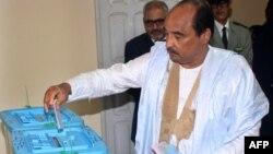 Le président mauritanien Mohamed Ould Abdel Aziz vote le 1er septembre 2018.