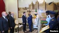 Le président malien IBK décore le Premier ministre français Manuel Valls, le 18 février à Bamako. (REUTERS/Adama Diarra)