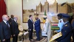 Le président malien IBK décore le Premier ministre français Manuel Valls, le 18 février à Bamako.