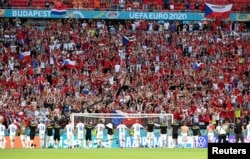 FILE PHOTO: Soccer Football - Euro 2020 - Round of 16 - Netherlands v Czech Republic - Puskas Arena, Budapest, Hungary - June 27, 2021 Czech Republic players celebrate with the fans after the match Pool via REUTERS/Attila Kisbenedek/File Photo
