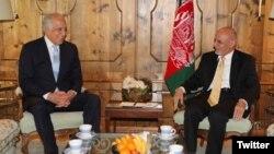 افغان صدر اشرف غنی اور امریکی نمائندہ خصوصی برائے افغانستان زلمے خلیل زاد (فائل فوٹو)