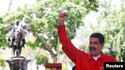 """Prezidan Venezuelyen an, Nicolas Maduro, pandan li tap pale nan ti koze anba tonèl li fè chak semèn yo rele """"Los Domingos con Maduro"""" Karacas, Venezuela, 23 jiyè 2017."""