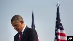 바락 오바마 미국 대통령이 11일 국방부 건물에서 열린 9.11 12주년 추모식에서 묵념하고 있다.